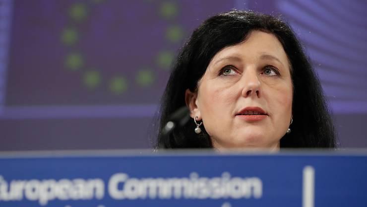 EU-Justizkommissarin Vera Jourova hat am Mittwoch in Brüssel jene EU-Staaten kritisiert, die für Geld Reisepässe oder Visa verkaufen.