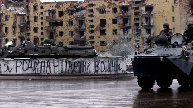 Ein Panzer in Grosny während des Tschetschenienkrieges (Symbolbild)