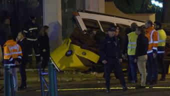 Eine der historischen Strassenbahnen ist in Lissabon in ein Gebäude geprallt und wurde dabei vollständig zerstört.