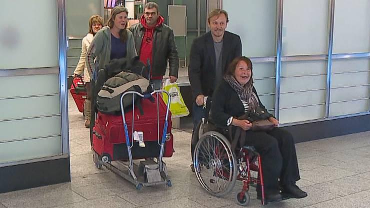 Lorena Rojas (vorne) nach der Landung am Flughafen Zürich (Archiv)