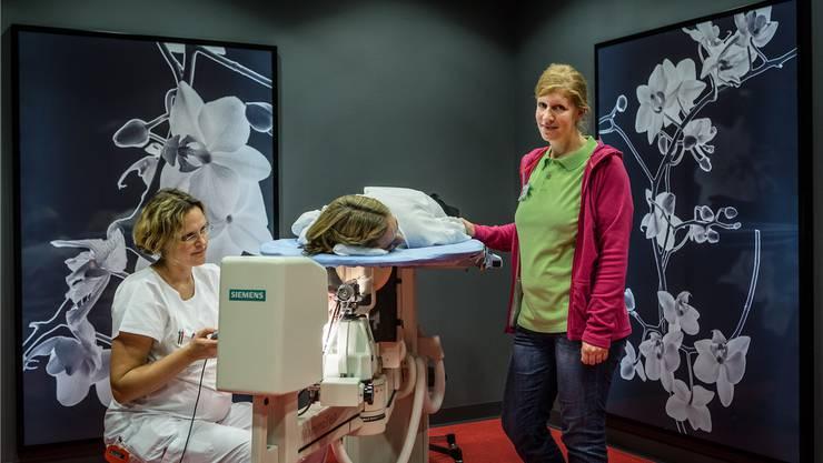 Radiologieärztin Daniela Schwegler bei einer Punktion: Da hilft Breast Care Nurse Maria Weibels Anwesenheit.