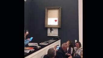 Der Künstler Banksy meldet sich am Mittwoch in einer Videobotschaft zu seiner spektakulären Aktion mit einem geschredderten Kunstwerk zu Wort. (Archivbild)
