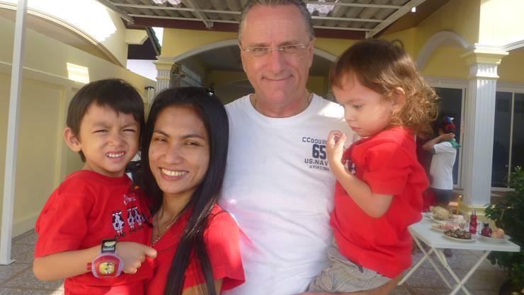 Die Familie vor Ort: Hans Hufschmid mit seiner Frau und den beiden Kindern