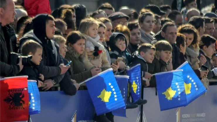 Menschen an den Feierlichkeiten zum elften Jahrestag der Unabhängigkeit Kosovos in Pristina. Reuters