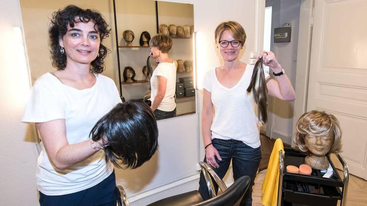 In Basel werden noch Echthaarperücken gefertigt – von Susanna Piccarreta (links) und Andrea Blick.