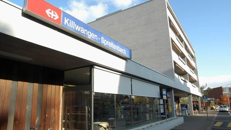 Der ICE hat eine Panne und steckt mit zahlreichen Pendlern in Killwangen-Spreitenbach fest.