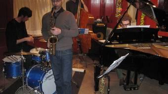 Mario Schenker am Saxofon und seine Band im «Isebähnli». zvg