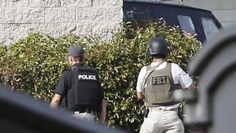 Sicherheitskräfte umstellen den Transporter des Schützen, der die Polizeistation von Dallas angegriffen hatte.