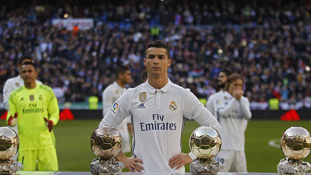 Cristiano Ronaldo präsentierte vor dem Spiel gegen Granada seine Trophäen für die Wahl zum Weltfussballer des Jahres