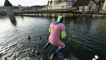 Ein Unerschrockener in historischem Badeanzug wagt den Sprung in die sieben Grad kalte Reuss