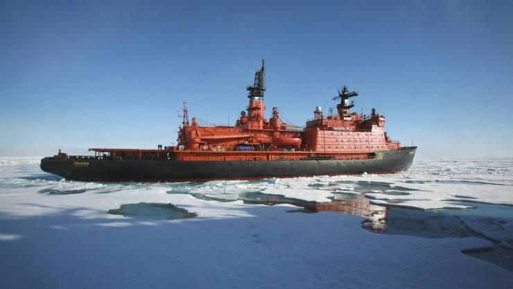 Ein russischer Eisbrecher unterwegs im Polarmeer (Archiv)