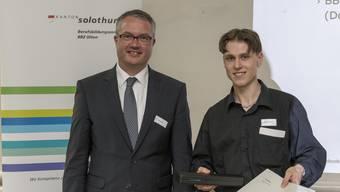Bildungsdirektor Remo Ankli überreicht Nicolas Tschumi den ersten Preis für sein Unternehmen «Geek Creations».