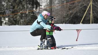 """Sanne Hummel, Skilehrerin des Skiklub Selzach, war im Februar 2018 mit ihrem jüngsten Schüler am alten Schlepplift, dem """"Häntschfrässer"""": Andrin war gerademal 3 Jahre alt."""