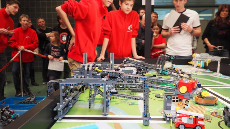 Beim internationalen Robotik-Wettbewerb «First Lego League» (FLL) präsentieren sieben Teams aus der Region an der FHNW ihre selbst gebauten Lego-Roboter. Wohl den komplexesten Roboter bot das Team mindfactory aus Baden auf.