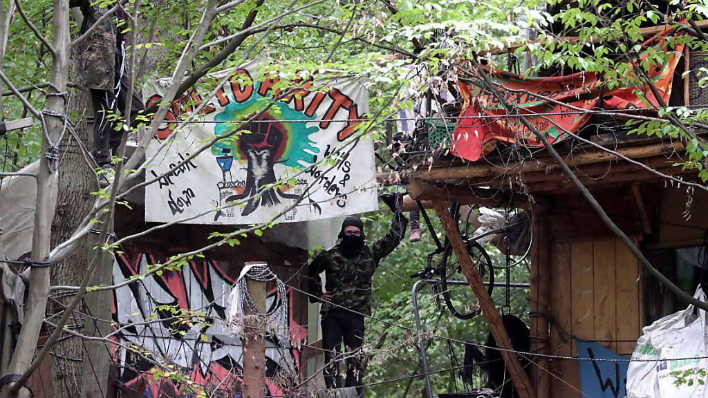 In einem der Baumhäuser im Hambacher Forst bei Köln betonierten Umweltaktivisten aus Protest gegen eine Zwangsräumung ihre Hände ein.