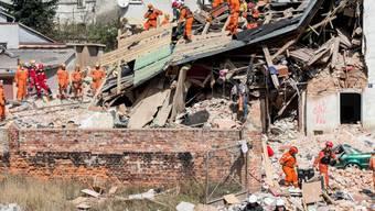 Nach dem Hauseinsturz in Polen suchte die Feuerwehr am Samstagabend in den Trümmern noch nach einer vermutlich verschütteten Person.