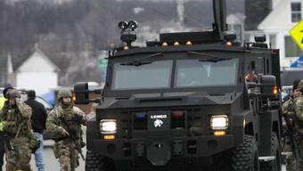 Ein gepanzertes Polizeifahrzeug bringt Anwohner in Webster in Sicherheit