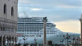 Kreuzfahrtschiff passiert die Piazza San Marco in Venedig (Archiv)