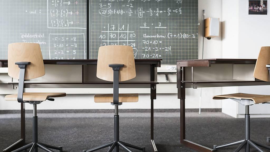 Im Fach Mathematik sind die Schweizer Schülerinnen und Schüler immer noch gut klassiert, während sie beim Lesen und im Fach Wissenschaft den OECD-Durchschnitt nur noch knapp übertreffen.  (Archivbild)
