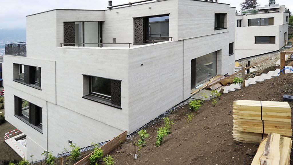 Die Hypothekarzinsen dürften noch lange tief bauen: eine Immobilie kurz vor ihrer Fertigstellung (Archivbild).