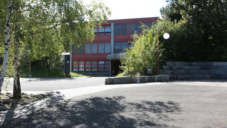Das Menzo-Schulhaus, Baujahr 1976, soll etappenweise saniert und aufgefrischt werden.  Peter Siegrist