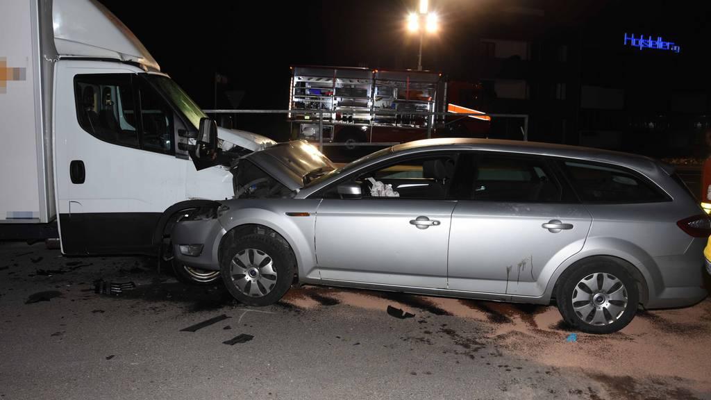 Der Wagen, der von einem Jugendlichen gefahren wurde, knallte in einen Kleintransporter.