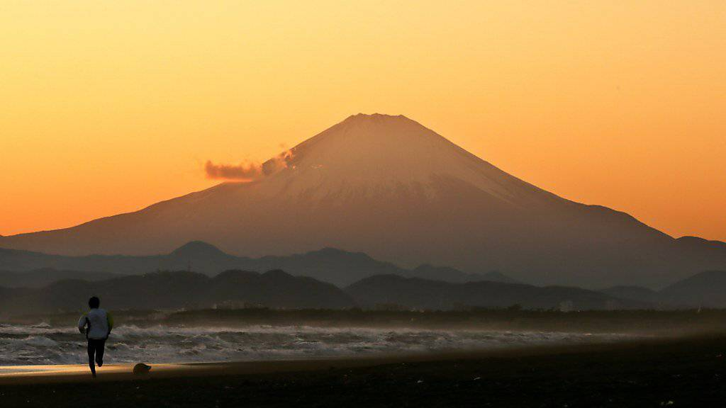 Die Zentralbank im Land der aufgehenden Sonne lässt das Zinsniveau unverändert und hält damit an der ultralockeren Geldpolitik in Japan fest. (Symbolbild Berg Fuji)