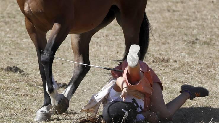 Ein Sturz beim Galopp am Marché-Concours in Saignelégier im letzten Jahr. Jedes Jahr verunfallen 8000 Reiterinnen und Reiter mit ihren Pferden. Für Mädchen handelt es sich um die gefährlichste Sportart überhaupt.(Archivbild)