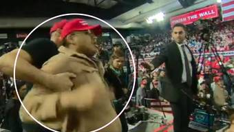 Ein Trump-Anhänger hatte am Montagabend (Ortszeit) bei einem Wahlkampfauftritt des Präsidenten in El Paso im US-Bundesstaat Texas einen Kameramann des britischen Fernsehsenders BBC während des Filmens heftig geschubst und beschimpft.