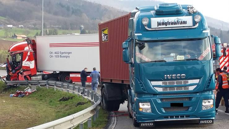 Auf der Expressstrasse bei Egerkingen sind am Freitagvormittag zwei Lastwagen seitlich-frontal kollidiert.