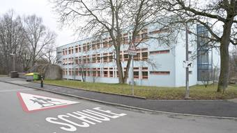 Die Sanierung der Sekundarschulhaus Spiegelfeld in Binningen soll voraussichtlich zwei Jahre dauern und zum Schuljahreswechsel 2024/25 abgeschlossen sein.