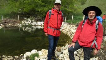 Die beiden Exkursionsleiter Georges Koch (l) und Herbert Glanzmann freuen sich über den neu erstandenen Längbrunneweiher.