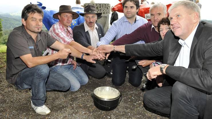 Nach gemeinsamem Milchsuppenessen demonstrieren die EMB-Vorstandsmitglieder Einigkeit. Links BIG-M-Präsident Martin Haab sowie EMB-Präsident Romuald Schaber, Dritter von links. (Bild Martin Platter)