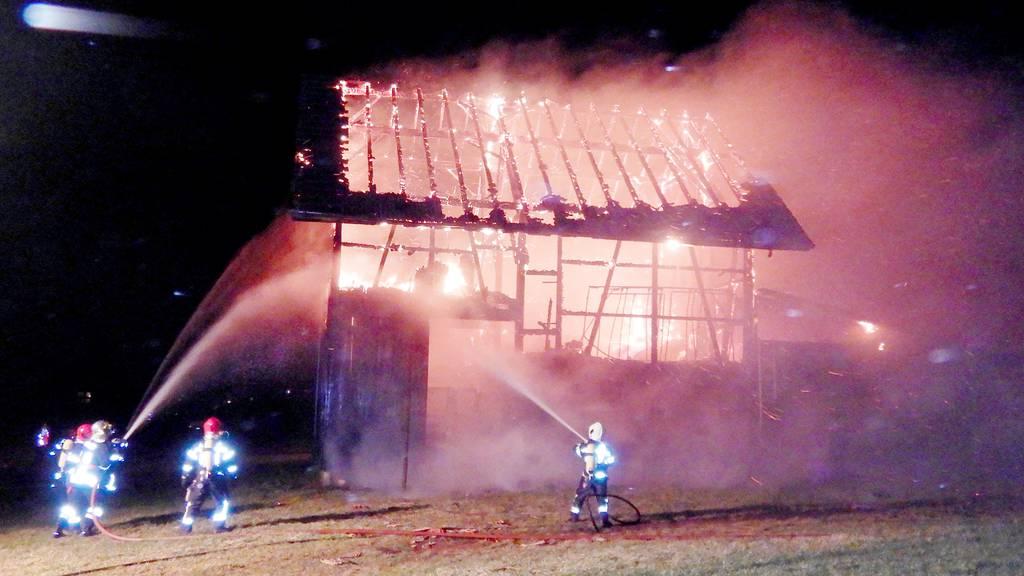 Dach und Obergeschoss von Stall in Vollbrand