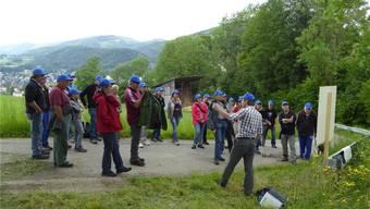 Michael Bur (rechts )orientiert die «Blau-Behüteten» über die Entwicklung des Allmendwesens.