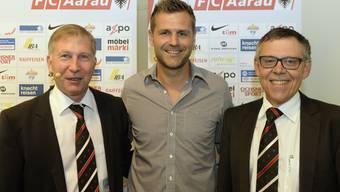 Der Präsident des FC Aarau Alfred Schmid, links, der neue Trainer Sven Christ und der Sportdirektor Urs Bachmann.
