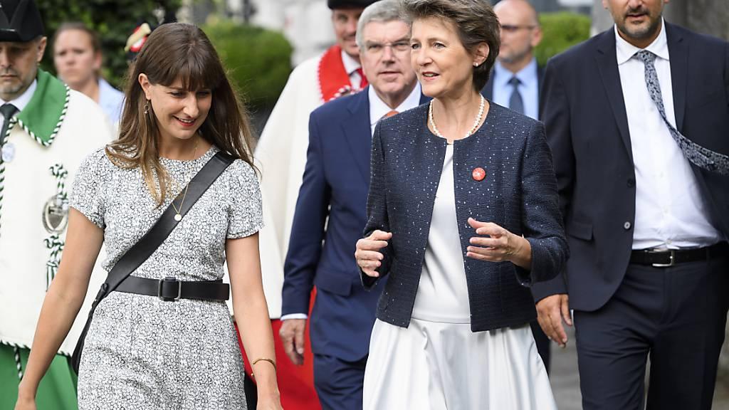 Bundespräsidentin Sommaruga in Lausanne wie ein Rockstar bejubelt