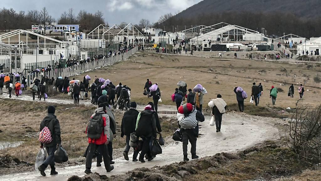 Bosniens Armee errichtet Zelte für Flüchtlinge im Elendslager Lipa