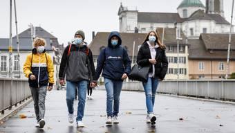 Um Ansteckungen zu verhindern, gilt seit kurzem auch in belebten Innenstädten Maskenpflicht.