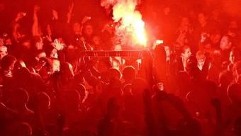 Bei einem FCZ-Auswärtsspiel bei Lazio Rom zündete ein Fan eine Petarde, die darauf in seiner Hand explodierte. Darauf betitelte der Blick den Mann als «Petarden-Trottel» (Symbolbild)