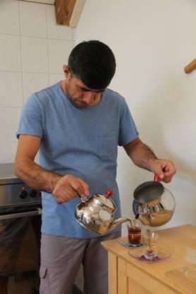 Impressionen von der Bachstube am Bach des Betreuungsteams Asyl in Effingen, wo jeden Mittwochmorgen Brot aus verschiedenen Ländern gebacken wird. Jamal Rajab serviert syrischen Tee.