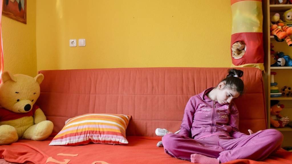Ein autistisches Mädchen. Wie vielen Betroffenen mangelt es ihm an der Fähigkeit, sich andern gegenüber zu öffnen. An der Uni Basel wurde nun eine Therapie  entwickelt, die den unterbrochenen Signalweg des «Kuschelhormons» Oxitocyn im Hirn repariert und das Sozialverhalten normalisiert. (Archivbild)