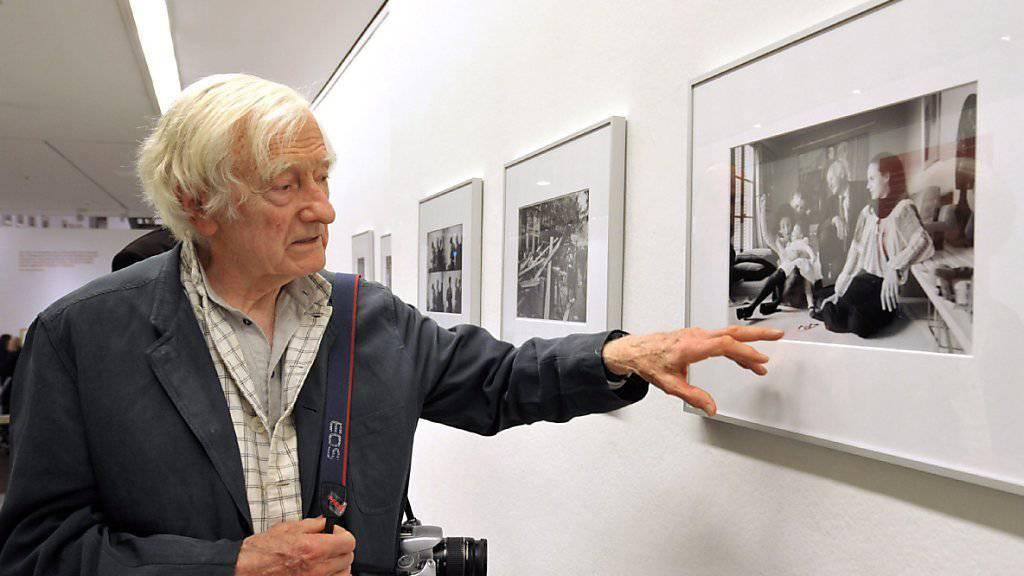 Marc Riboud - hier 2009 vor einem Foto seines Kollegen Henri Cartier-Bresson - ist am Dienstag mit 93 Jahren gestorben. (Archivbild)
