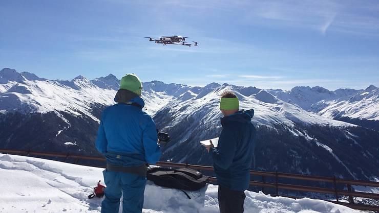 Mit Digitalkameras bestückt, zeichnet die Drohne der SLF-Forscher das Gelände auf. Durch Vergleich dieser Daten mit solchen aus dem Sommer, ohne Schnee, lässt sich die Schneedicke berechnen.