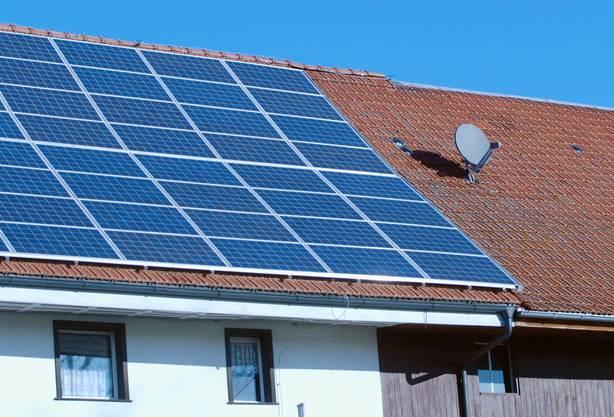 Sonne: Solarzellen auf einem Dach im Schwarzwald. (Bild: WAL)