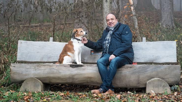 Landammann Markus Dieth mit Hündin Gina auf seiner Bank auf der Lägern: «Die Zeit nach Franziska Roth, nur noch in einem Vierergremium, war betreffend Aufgabenmenge schon herausfordernd.»