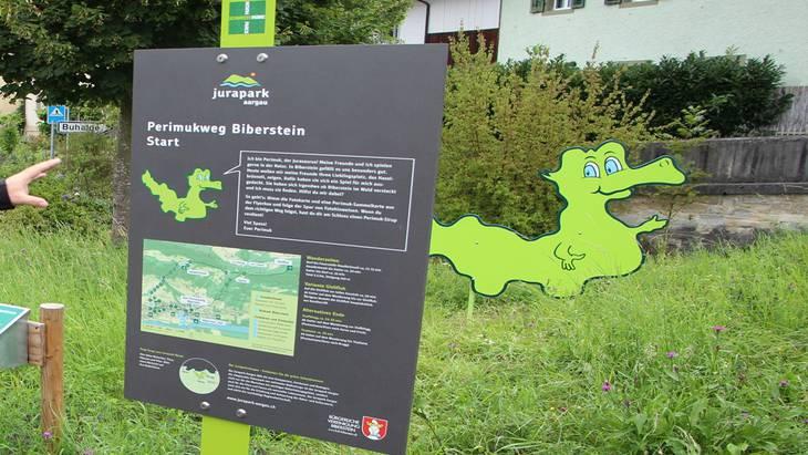 Thomas Vetter, Präsident Jurapark Aargau, präsentierte diese Woche in Biberstein die neue Hinweistafel zum Erlebniswanderweg an der Gisliflue. Kel
