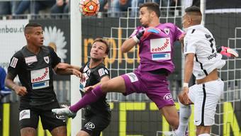 Michael Perrier (2. von links) in seinem zweiten Pflichtspiel für den FCA gegen den FC Wil.