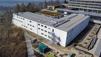 Imposante Ausmasse: Derzeit steht das künftig als Asylzentrum genutzte Gebäude als Provisorium auf dem Gelände der Rehaklinik Bellikon.