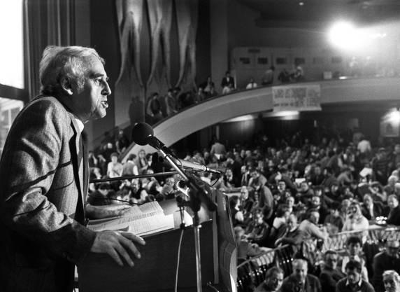 Helmut Hubacher am legendären SP-Sonderparteitag vom 12. Februar 1984 in Bern. Mit 773 gegen 511 Stimmen entschieden die Delegierten für den Verbleib der Sozialdemokraten im Bundesrat.